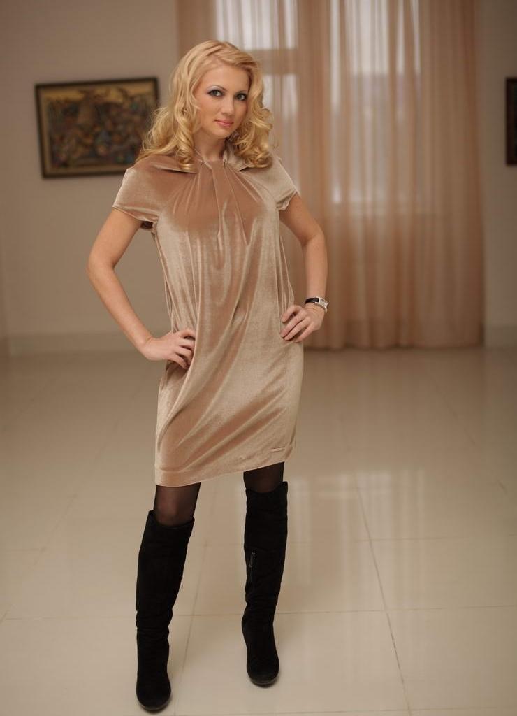 Трикотажное бежевое платье с чем носить 80