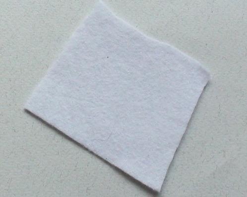 2.На основной камень наносим клей и крепим к фетру.  Плетение броши из бисера - дело кропотливое, для новичков...