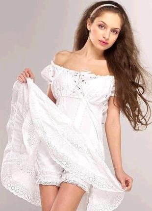 модели нужно выбирать по фигуре, к примеру, женщинам с формами не очень идут полосатые сарафаны. так же можно прочитать про модные цвета этого сезона