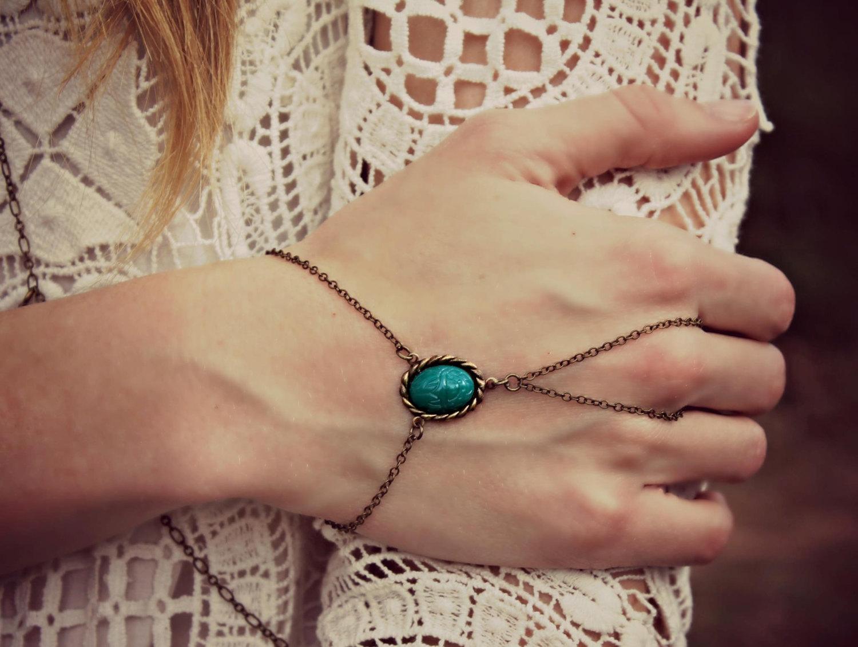 браслет золотой на руку кольцом