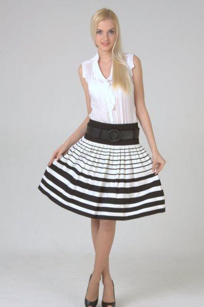Картинка девушки в юбке черно белая