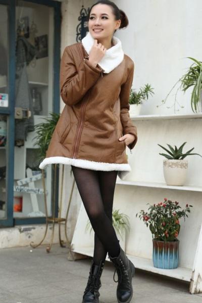На фото: Купить женскую коричневую удлиненную дубленку в Москве, Ставрополе