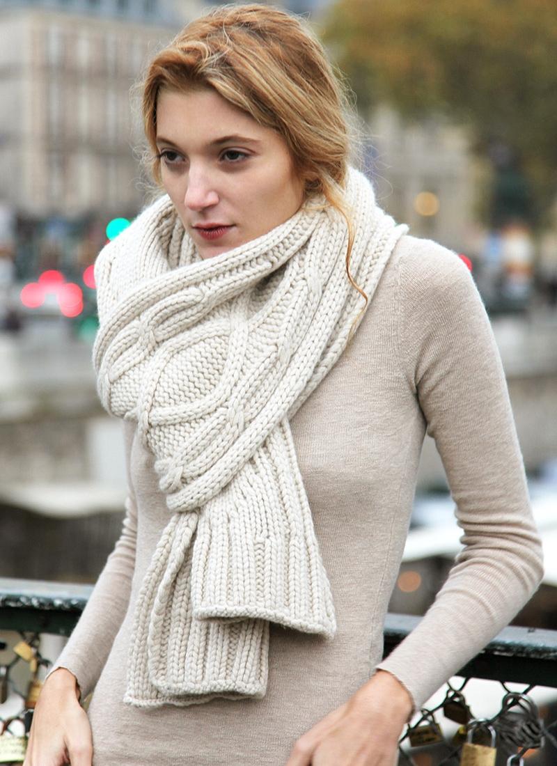 Тем более, что вязать шарф занятие... Зимой 2015 года вязаный женский шарф спицами или крючком, как и в уходящем