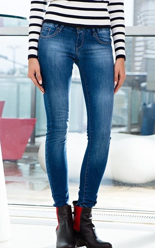 Фото гарних дівчат в обтягающих джинсах 21 фотография