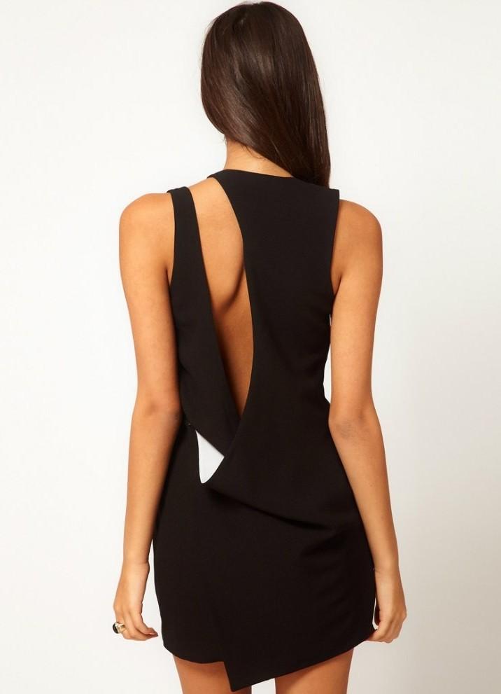 Спиной в образный вырез платья
