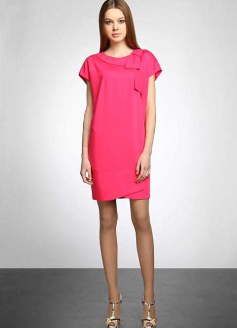 Прямое короткое платье до колен