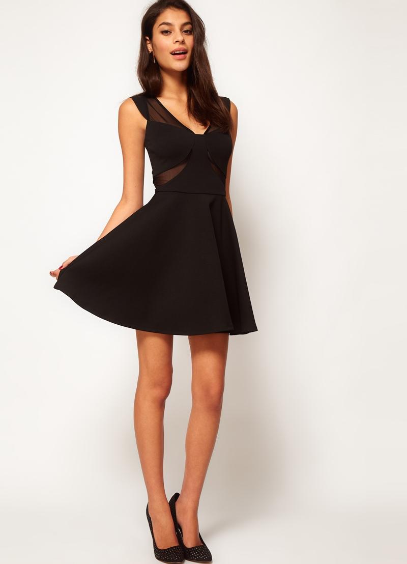 Платье расклешенное к низу от колена