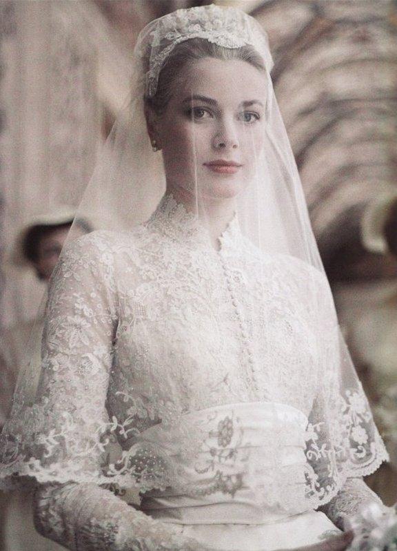 Платье из белого сатина дополнялось шлейфом из элитного французского кружева с вышивкой звездная
