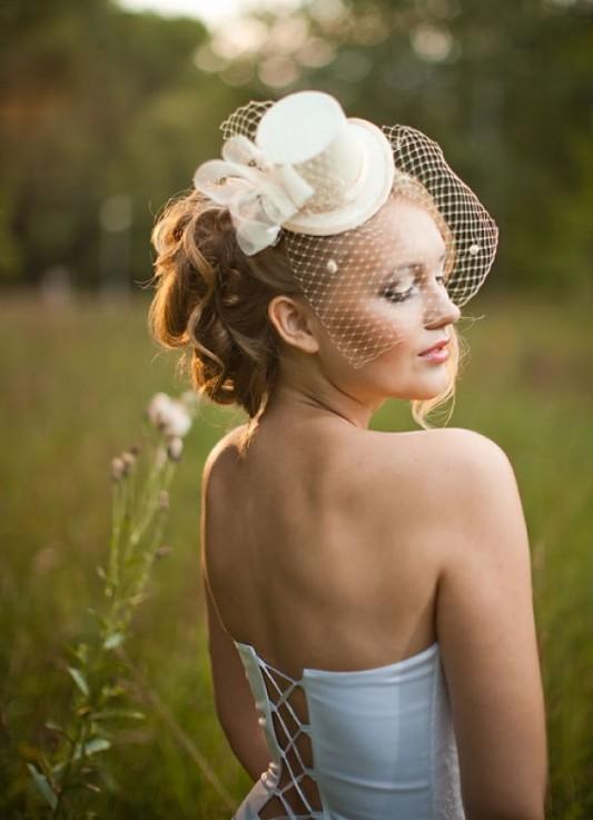 Прическа со свадебной шляпкой