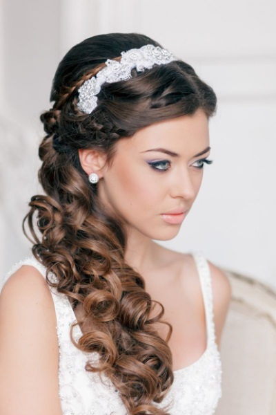 Прически к греческому свадебному платью