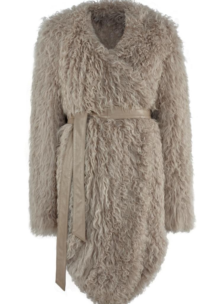 У этого бренда можно встретить интересный вариант удлиненной куртки с поясом - вязаную модель из меха козлика