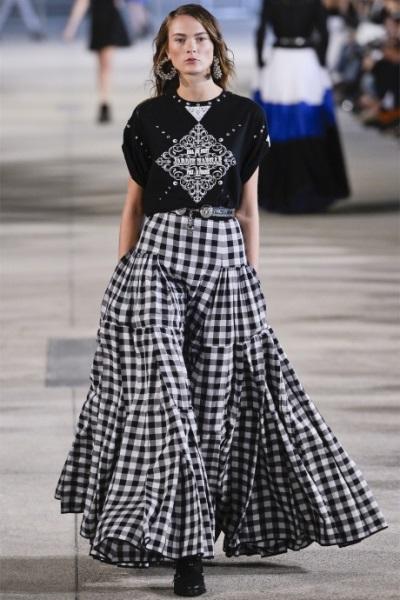 Длинная юбка вносит свои изменения на ваши представления о моде. При принятии решения с чем носить длинную юбку, Вам нужно рассмотреть свои пропорции тела
