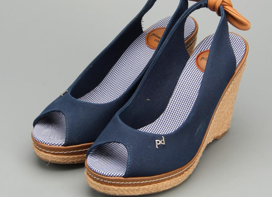 Не каждая модница решиться надеть джинсовые босоножки, платформа которых около 5 см, а высота каблука все 20