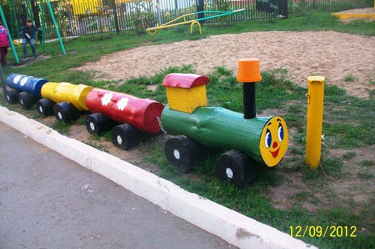 Паровозик для детской площадки своими руками из бревен