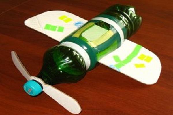 Самолет из бутылок пластиковых