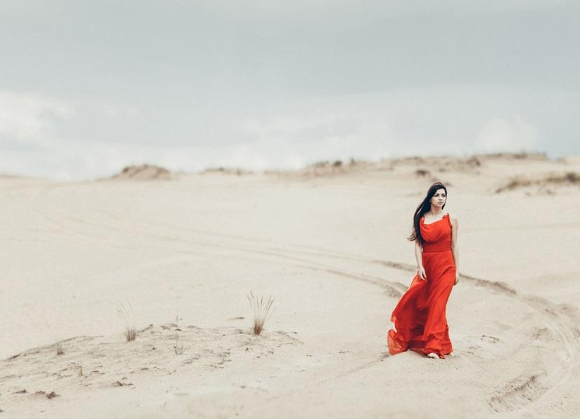 пишу песня где девушка в песках в парандже знаете назовите статью