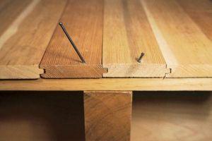 Устранение скрипа деревянного пола