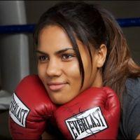Девушка занимается боксом фото