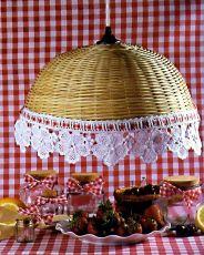 ...1 пико из 3 возд. п. Когда всё связано, продеть декоративную лепту и прикрепить украшение на край абажура.
