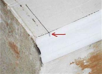 Как резать потолочный плинтус