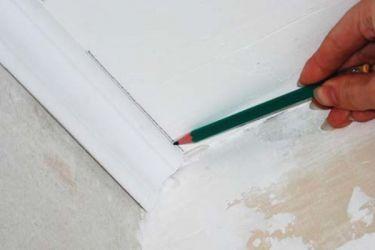 Как правильно отрезать потолочный плинтус