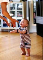 Ходить ребенок начинает