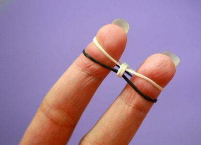 Как сплести браслет из резинок на пальцах 3