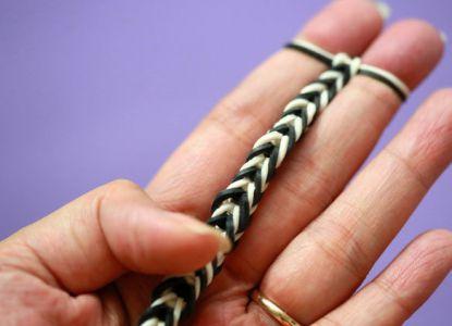 Как сплести браслет из резинок на пальцах 5