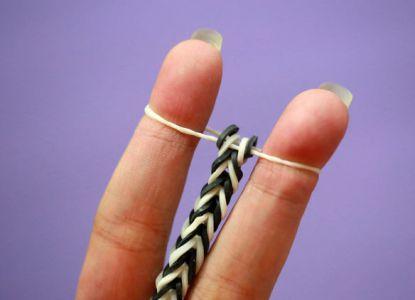 Как сплести браслет из резинок на пальцах 6