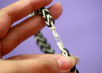 Как сплести браслет из резинок на пальцах 8