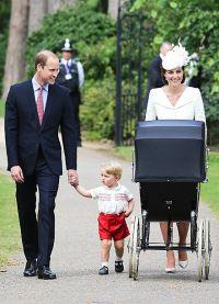 Кейт Миддлтон и принц Уильям с детьми на прогулке