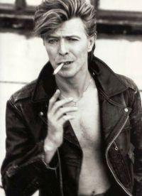 Дэвид Боуи с сигаретой