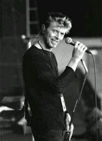 Дэвид Боуи у микрофона