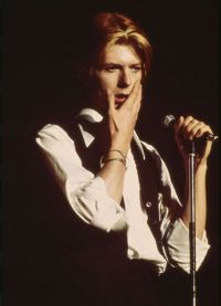 Дэвид Боуи во время выступления в 1975 году