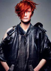 Тильда Суинтон с рыжими волосами