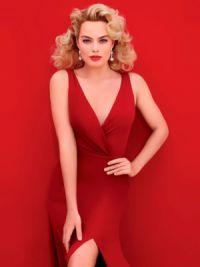 Красный цвет очень идет голубоглазой блондинке