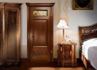 Серая дверь в интерьере