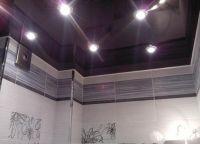 Стеклянный потолок в ванной