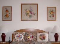 Вышитые картины в интерьере квартиры2