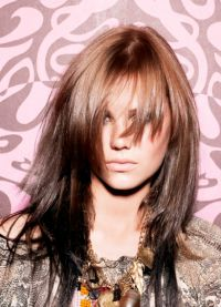Стрижка каскад на средние волосы с челкой