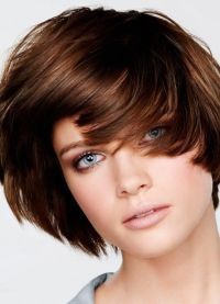 короткие стрижки на тонкие волосы для объема 7