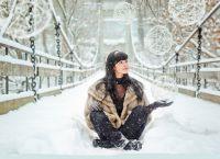 фотосессия на улице зимой позы 4