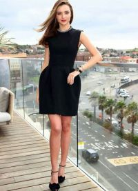 с чем носить черное платье без рукавов 8