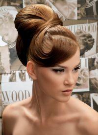 прическа с валиком для волос 5