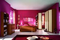 обои цвета фуксии в спальне 1