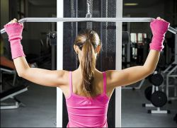 Занимаясь похудеть зале в как тренажерном девушке