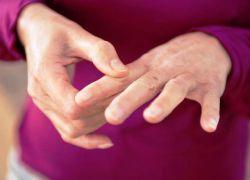 Шишка на середньому пальці руки