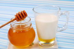 Можно ли беременным молоко с медом