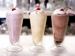 Коктейль из мороженого и молока