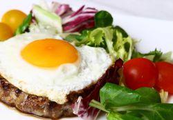бифштекс рубленный из говядины с яйцом